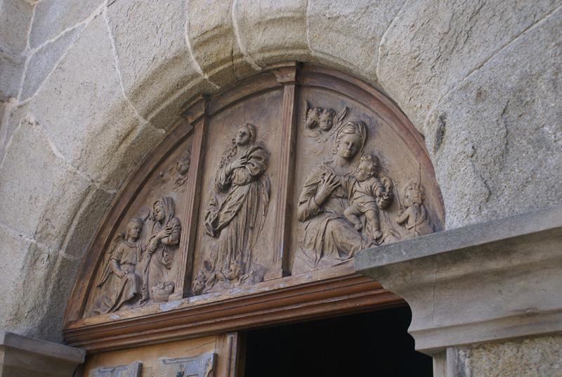 Dintel de la puerta principal de la iglesia parroquial