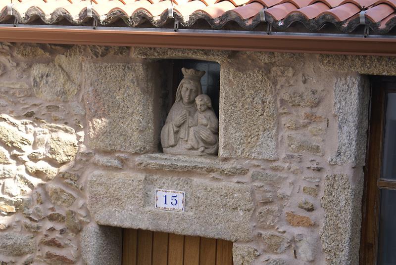 Imagen de una virgen en la fachada de una casa (barrio de San Roque)
