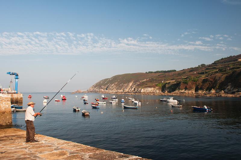 Pescador en el puerto de Caión