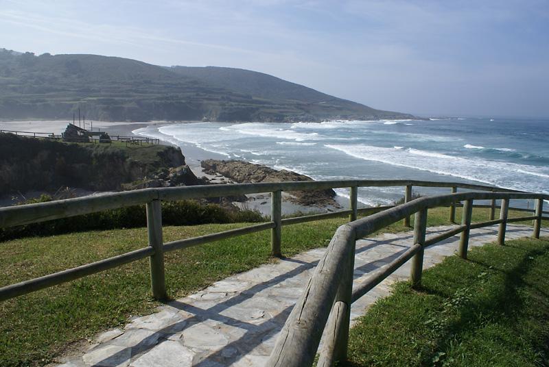 Bajada a la playa desde el paseo mar铆timo